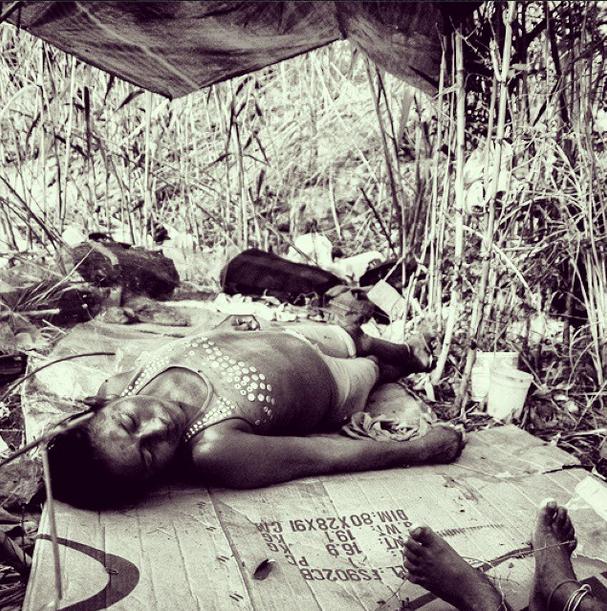 Una mujer de la tribu toma una siesta, totalmente desconectada de lo que pasa a su alrededor