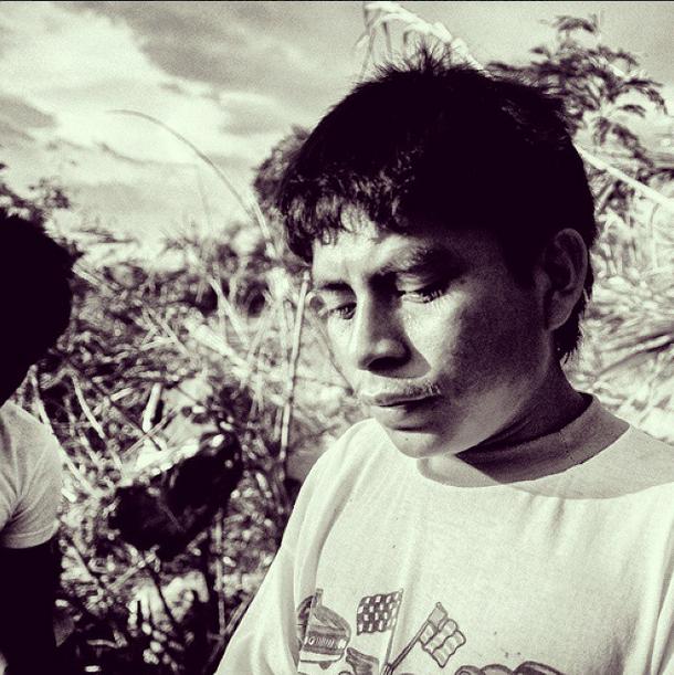 Él es Carlos Cruz, líder ahora de la tribu. Habla invadido de pánico y suplica cualquier ayuda para dignificar a su familia
