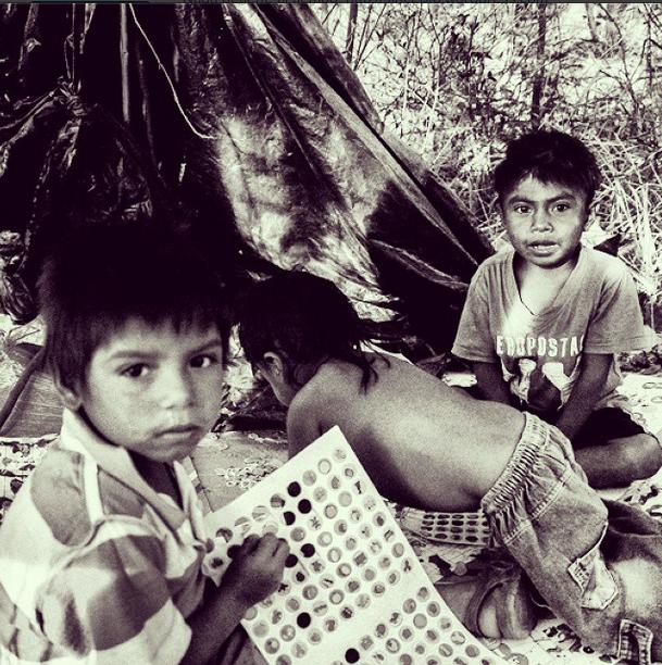 Los niños, 6 en total, juegan entre ellos con cualquier objeto, porque el poder de su pureza sigue intacto ante la injusticia