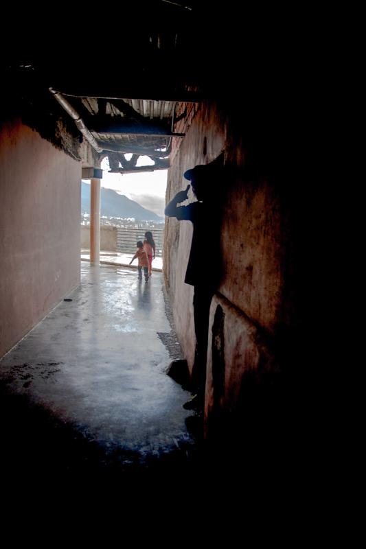 Los niños juegan en los pasillos de la Torre de David mientras esperan que inicie el desalojo