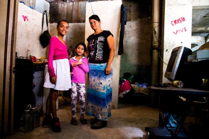 Una familia de tres mujeres, confinadas a vivir en un espacio de 3 metros cuadrados, sobre una cloaca humeante de desechos humanos