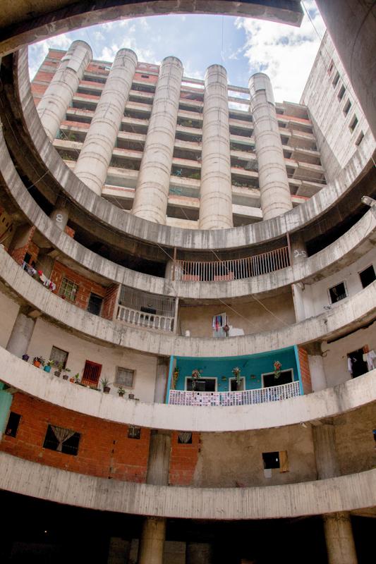 Las áreas construidas para oficinas fueron adaptadas improvisadamente para albergar familias