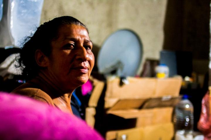 Una mujer posa mientras espera la orden para bajar sus cajas e iniciar el desalojo