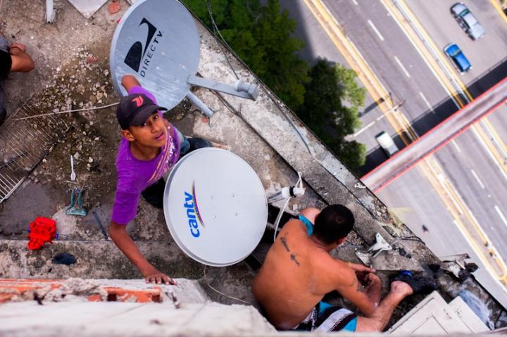 Habitantes de la Torre de David desinstalan antenas de T.V. para llevárselas a su nueva vivienda
