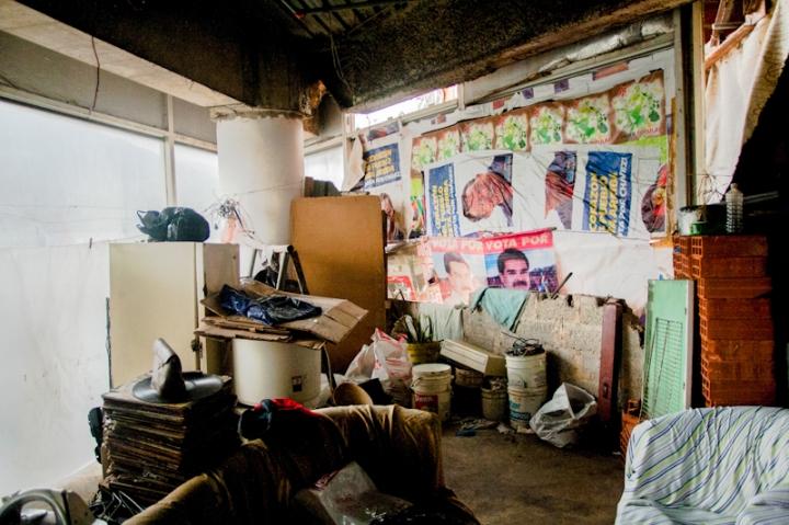 Un apartamento en la Torre de David forrado de afiches pro Chávez