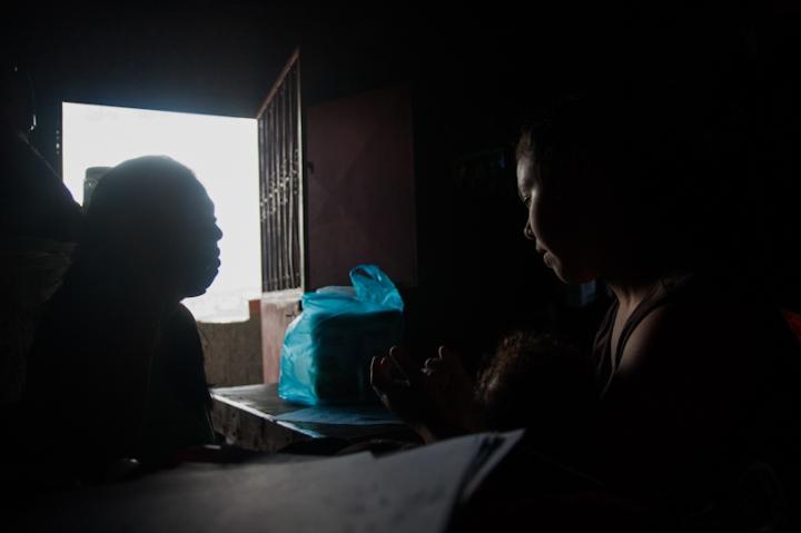 Dos cuñadas que viven en el mismo apartamento del piso 27 etiquetan las cajas de la mudanza de Torre de David a Ciudad Zamora