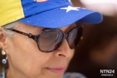 Una señora contempla una larga fila delante de ella mientras espera para validar su firma en el Centro de Plaza Venezuela