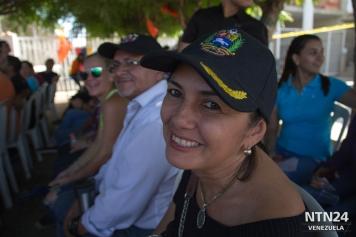 Una mujer espera para validar su firma en el centro del CNE de Cabimas, donde la fila dura aproximadamente 45 minutos. Queda a las afueras de Maracaibo, donde en el centro principal, el tiempo promedio para el procedimiento es de 9 horas
