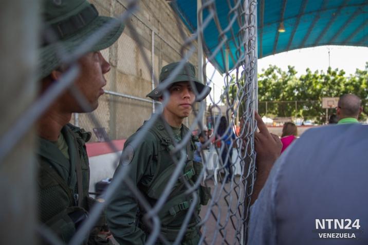 Un militar resguarda el centro de validación de firmas para el revocatorio en Cabimas, estado Zulia