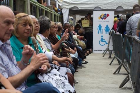 La distribución que impuso el CNE para la validación de firmas no estuvo en función a la cantidad de votantes por área geográfica. Por lo que muchos, entre la mayoría ancianos, tuvieron que trasladarse lejos de su casa para poder ejercer su derecho. Los Teques, estado Miranda, 20 de junio.