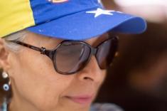 Una mujer hace su cola para validar su firma en miras al Revocatorio el 20 de junio en Los Teques, estado Miranda.