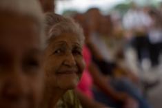 Una anciana sonríe mientras cumple 5 horas en fila para validar su firma en Valencia, estado Carabobo. La población de la tercera edad predominó en el proceso que impuso el CNE. 21 de junio.