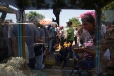 Una vendedora de cotufas recorre la cola de la validación de firmas para el Revocatorio en Maracaibo, estado Zulia, el 22 de junio.