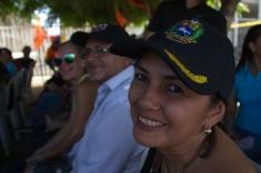 Una mujer adulta sonríe aun cuando lleva 2 horas de cola, bajo una sensación térmica de 50 grados, todo para validar su firma en miras al Revocatorio. Cabimas, estado Zulia, 22 de junio.