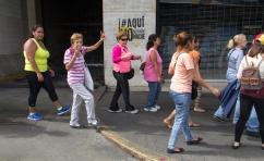 Una larga fila bordeó la cuadra entera donde está ubicada la sede del CNE en Plaza Venezuela este 24 de junio.